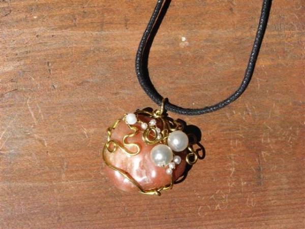 Collana wire con sassi levigati e perle