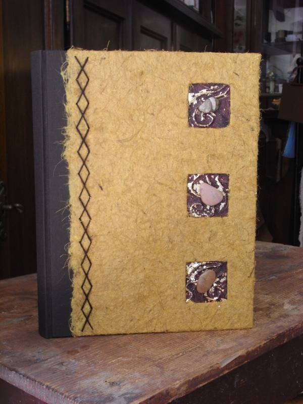 Portamenù in tela cialux e carta di cocco, decorazione a rilievo sassi levigati